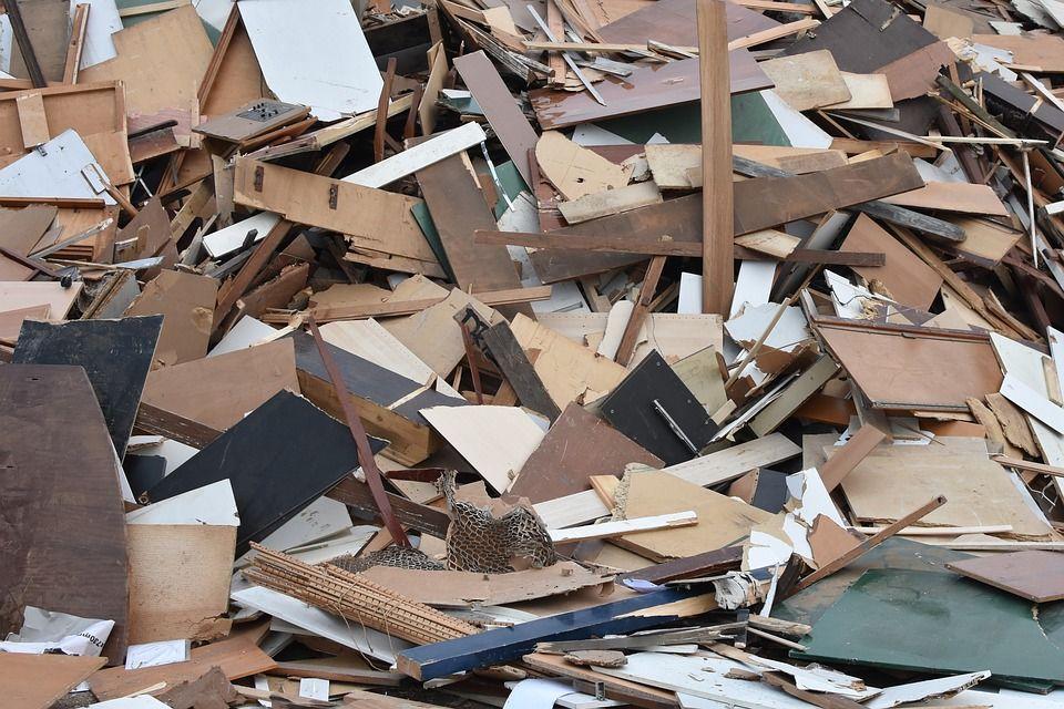 Materiál ktorý nepatrí dokrbu - ošetrené alebo farbené drevo